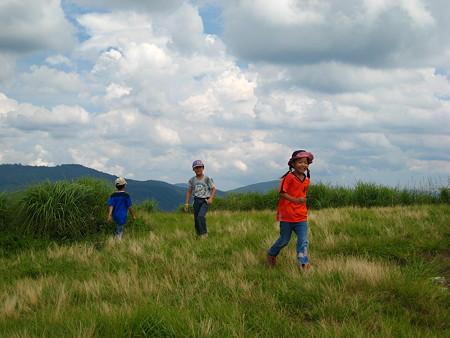 山頂で遊ぶ子供達