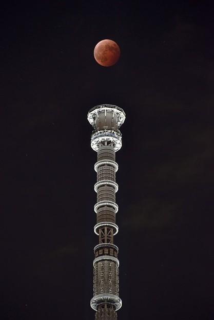 [22]「白いゲイン塔と赤い月」