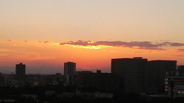 会社の窓からの夕焼け