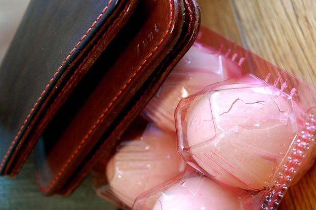 写真: 割れたタマゴと忘れた財布
